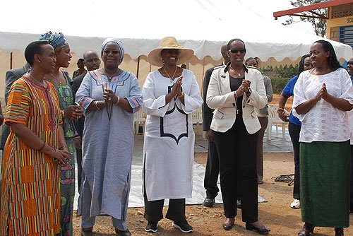 Jeannette Kagame yafashishije ishuri ryo muri Uganda amadorali ibihumbi 10! HE_JANET-f4749